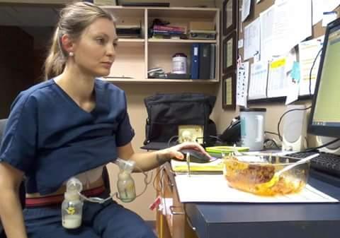 6. Докато работи в офиса