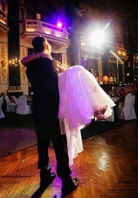 3. Младоженците са в центъра