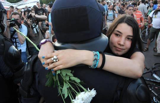 Прегръдките на протестиращите и полицаите