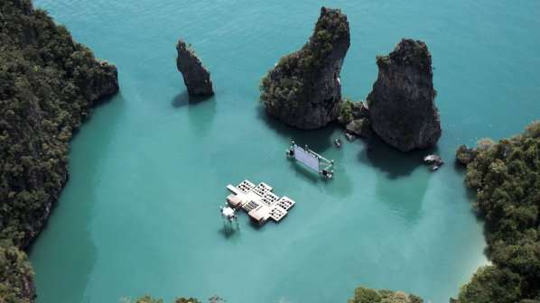 Невероятно! Киносалон насред морските води