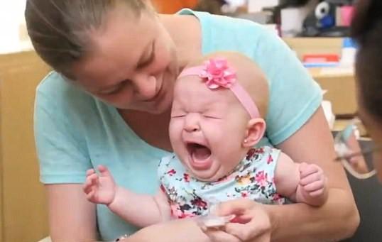 Майка скандализира обществото, пробивайки ушите на 4-месечното си бебе