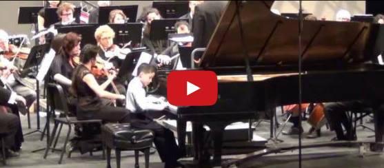 Малък пианист изуми всички с уменията си