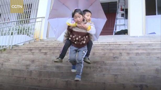 Трогателно: Малко момиче носи братчето си всеки ден до училище