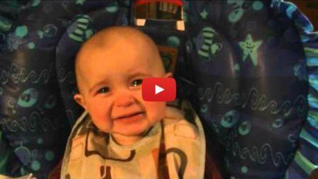 Емоциите на 10-месечно бебе, което слуша изпълнението на майка си (Видео)