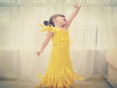 4-годишно момиче пресъздава роклите на звездите от хартия