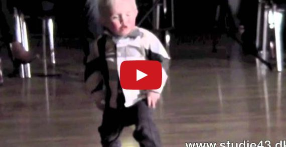 2-годишно момченце обра овациите с танц на Елвис Пресли