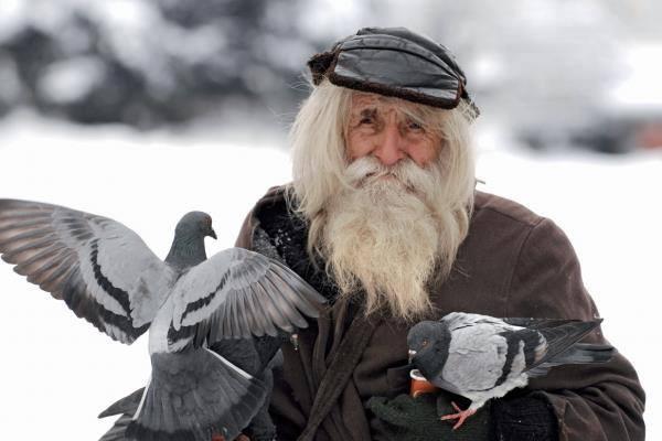 Бъди човек: Подари топла коледна вечеря на пенсионер в нужда!